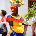 cartagena - venditrice di foto e frutta