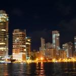 grattacieli di cartagena dal porto mentre si parte in barca per panama