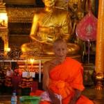 monaci all'interno del Wat-Mai -Luang Prabang