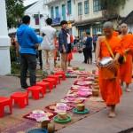 monaci durante il Tak Bat- la processione mattutina a Luang Prabang